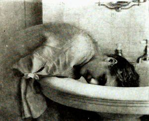 Mary_Pickford_Washing_Hair_1922